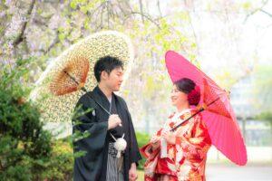 雨の日に和装ロケーション前撮りフォト柄物の和傘