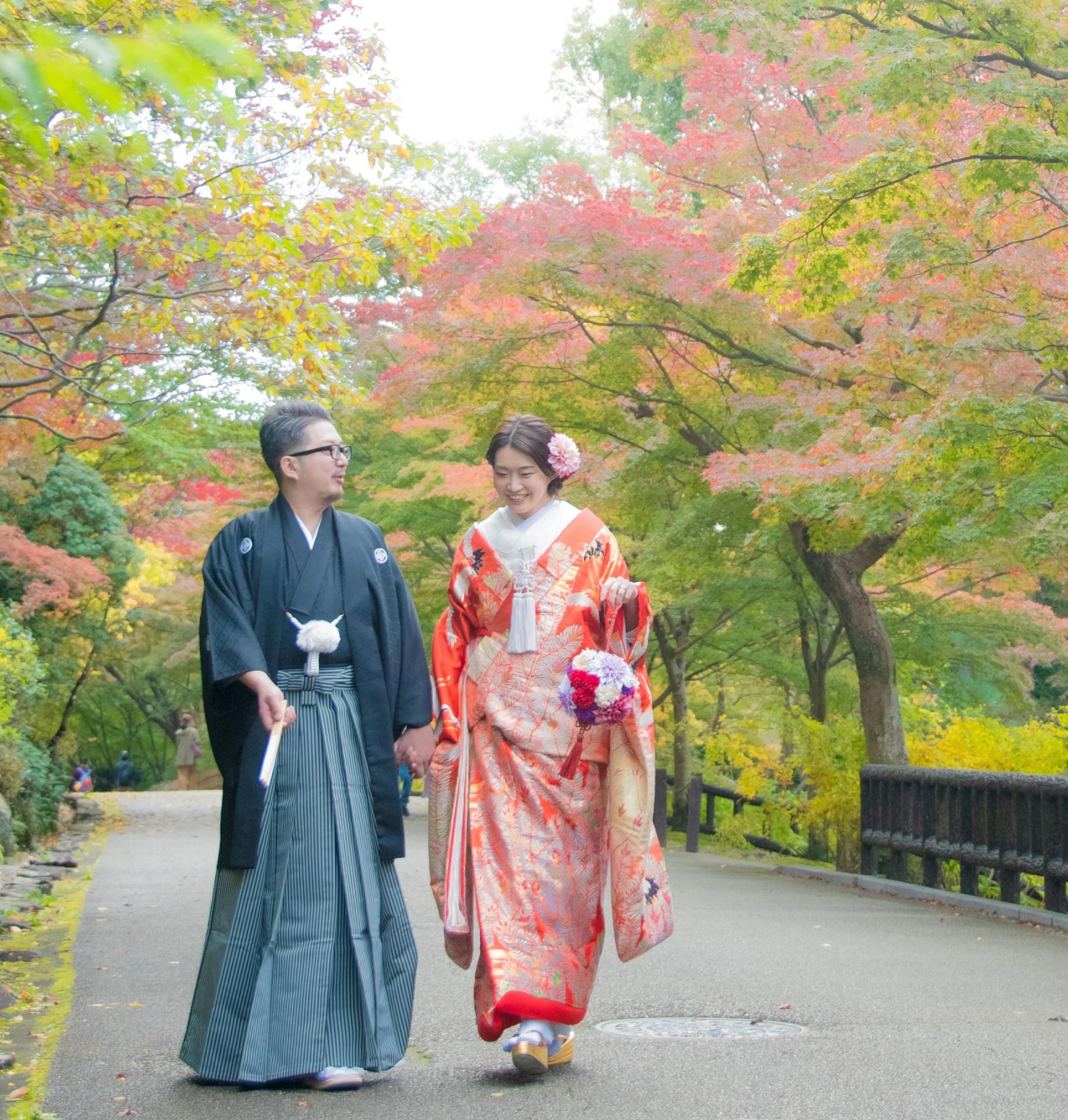 紅葉の名古屋東山植物園の宗節庵で色打掛和装前撮りロケーションフォトウェディング