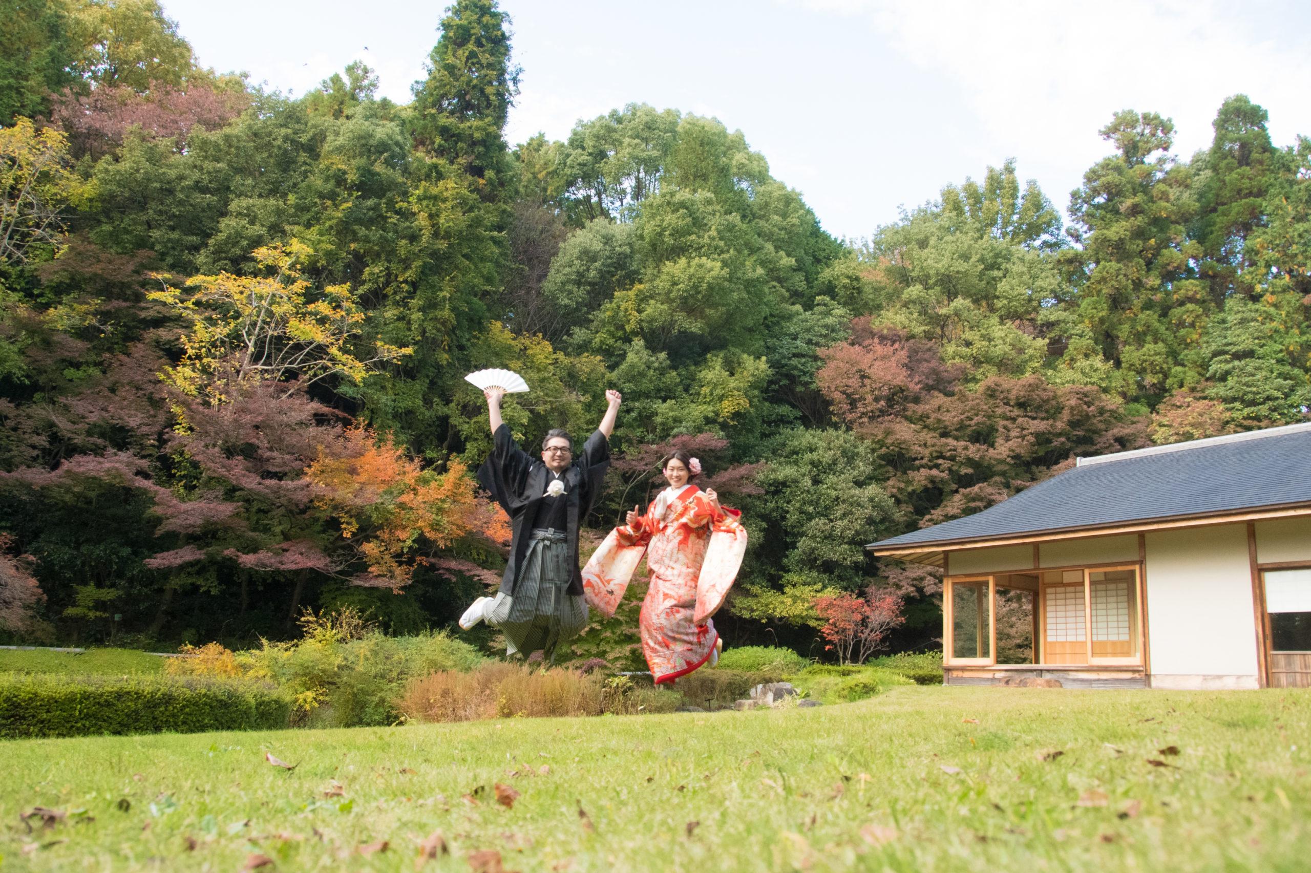 名古屋の東山宗節庵でで人気の和装前撮りポーズロケーション撮影ならでは色打掛でジャンプ