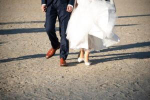 名古屋ので人気の格安洋装ロケーションフォトウェディング前撮りポーズ足元だけ