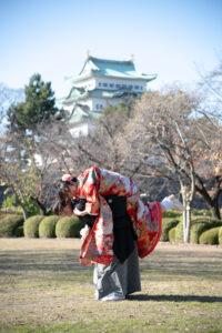 名古屋城をバックにしゃちほこおんぶ和装前撮りおもしろポーズ