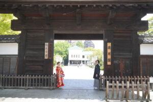 徳川園の門で色打掛和装ロケーション前撮り