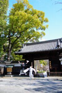 人気ランキング上位の徳川園で和装前撮りおもしろポーズ白無垢でジャンプ