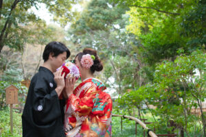 徳川園で和装前撮りブーケで顔を隠す