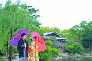 人気の徳川園で鶴が飛んでいない色打掛で和装前撮りロケーション撮影和傘を持って