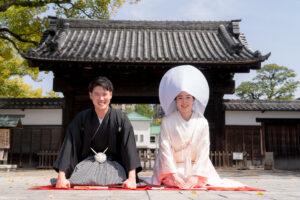 白無垢に綿帽子をかぶっておすすめの徳川園の門の前でロケーションフォト人気ランキング