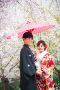 和傘を持ってロケーションフォト和装前撮りポーズ